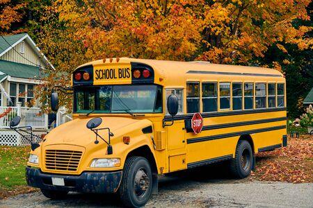 Scuolabus sul vialetto in autunno, Maine, Stati Uniti d'America.