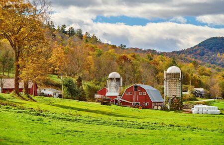 Fattoria con granaio rosso e silos alla soleggiata giornata autunnale in West Arlington, Vermont, USA