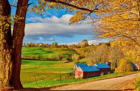 Jenne Farm con granero en la soleada mañana de otoño en Vermont, EE.