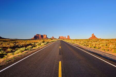 Empty scenic highway in Monument Valley, Arizona, USA 免版税图像