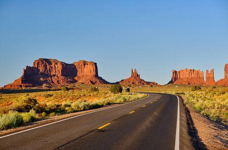 Empty scenic highway in Monument Valley, Arizona, USA 版權商用圖片