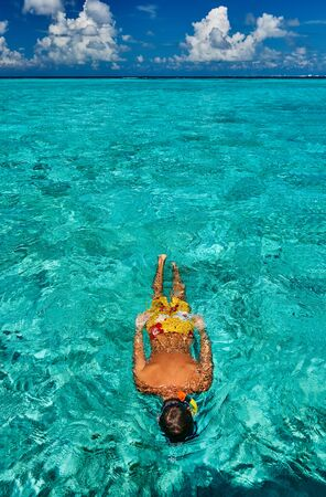 Man snorkeling in crystal clear turquoise water at tropical beach Standard-Bild