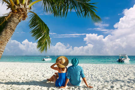 Couple in blue clothes on a tropical beach at Maldives Stockfoto