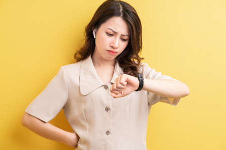 Asian businesswoman wearing smartband on her hand to track the calories burn