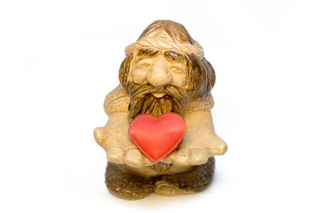 pensiveness: Figura del vecchio uomo da una pietra partecipazione in mani cuore rosso