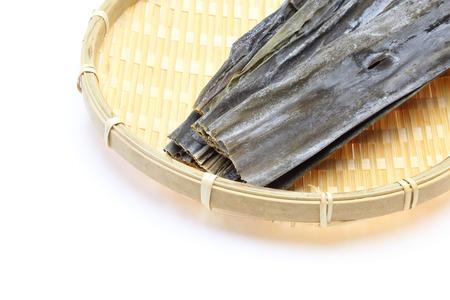 alga marina: alga seca en un colador de bambú