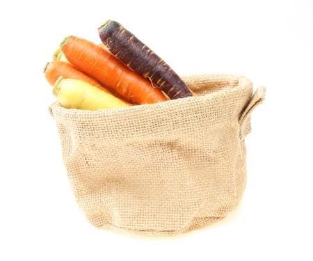 ジュート袋に様々 な色のニンジン