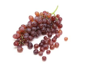 白い背景でブドウ