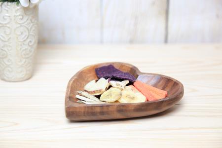 legumbres secas: hortalizas secas en un cuenco de madera Foto de archivo