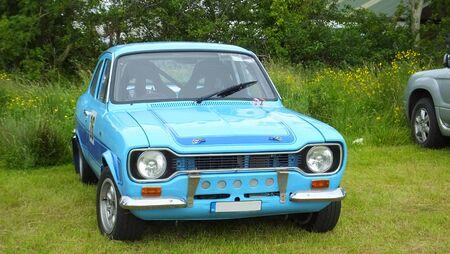 Oude rallyauto bij bergopwaartse klim bij race in Ierland