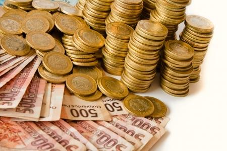 mucho dinero: una gran cantidad de dinero, pesos mexicanos monedas y billetes de banco