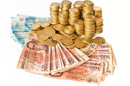 mucho dinero: un montón de dinero de pesos mexicanos aislados en fondo blanco, monedas y billetes de banco