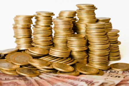 mucho dinero: pila de monedas de pesos mexicanos de dinero, monedas y billetes de banco