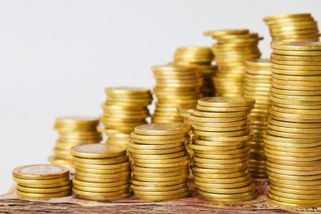 mucho dinero: montones de monedas de oro en las facturas con copia espacio, el dinero de pesos mexicanos