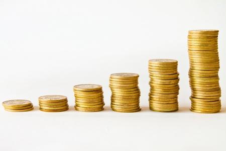 mucho dinero: montones de monedas de oro en las facturas, el dinero de pesos mexicanos Foto de archivo