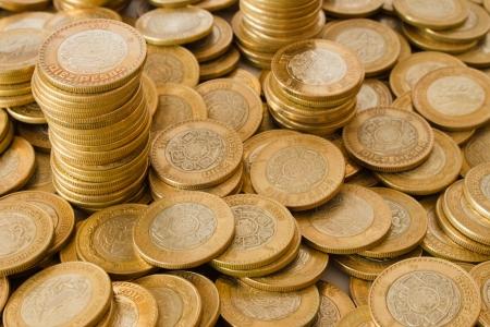 mucho dinero: fondo de muchas monedas de oro, monedas de diez pesos mexicanos