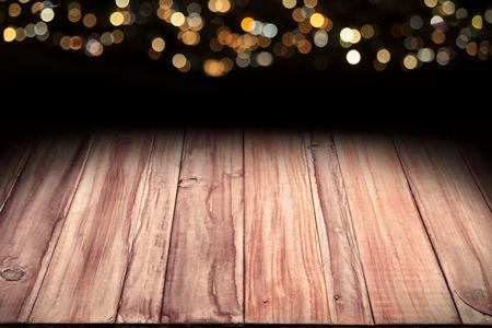 ボケ クリスマス ライト バック グラウンドでコピー スペースを最適の木製のテーブルのイメージを表示またはお客様の製品やテキストのモンタージ