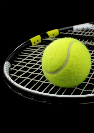 raqueta tenis: Tenis raqueta y pelota de tenis sobre fondo negro Foto de archivo