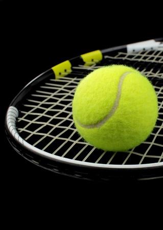 raqueta de tenis: Tenis raqueta y pelota de tenis sobre fondo negro Foto de archivo