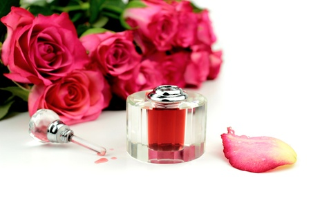 smell: Perfumes y rosas sobre fondo blanco Foto de archivo