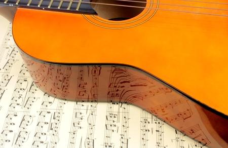 letras musicales: Guitarra en la puntuación de la música y la reflexión nota Foto de archivo