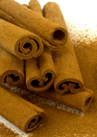 cinnamon bark: Grounded cinnamon on cinnamon sticks