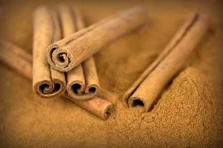 cinnamon bark: Cinnamon sticks on grounded cinnamon