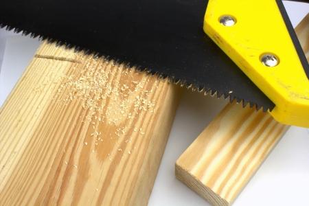 serrucho: El corte de una viga con una sierra de mano
