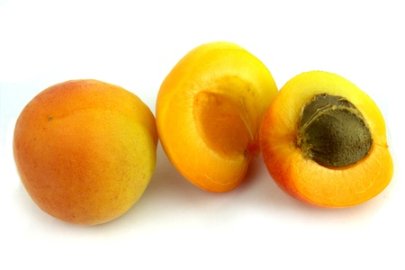 apricot kernel: Fresh apricots on white background