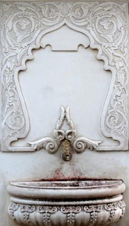 Alt, kunstvoll, geprägt Marmor, Ottomane Brunnen in istanbul.