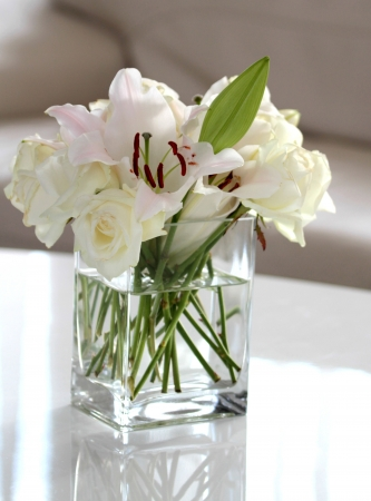 glass vase: White flowers in a vase