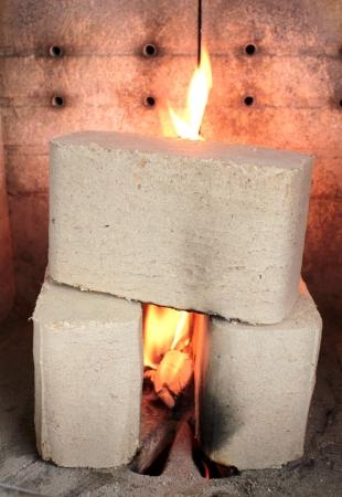 estufa: Briquetas de leña en la estufa