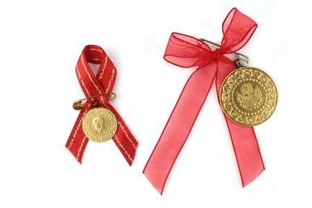 monedas antiguas: Monedas turcas tradicionales con la cinta roja. Trimestre y medio de oro, Foto de archivo