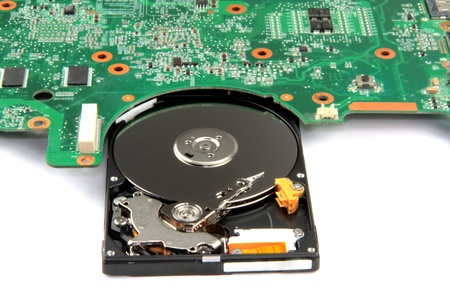 circuito electronico: Circuito Electr�nico - Placa base y disco duro en el fondo blanco