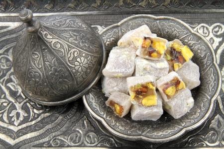 högtider: Turkish delight med pistagenötter i traditionella ristade mönstrad metallplatta