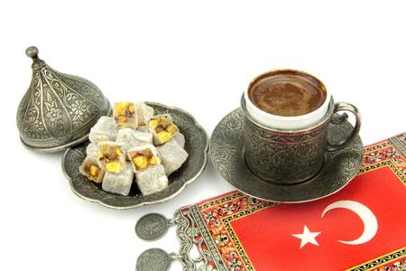 トルコ コーヒーと白い背景のターキッシュ ・ ディライト