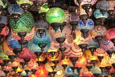 トルコの装飾的なカラフルなランプ