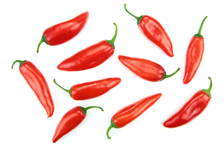chiles picantes: Red hot chili peppers aislados en blanco