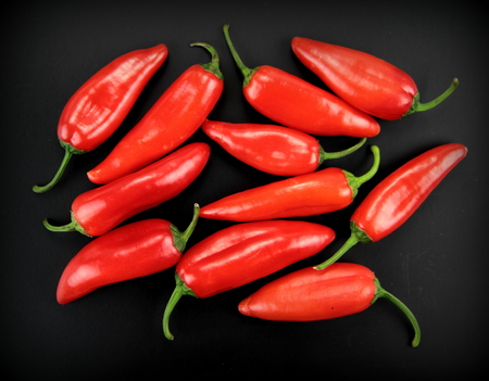 chiles picantes: Red hot chili peppers aisladas en negro