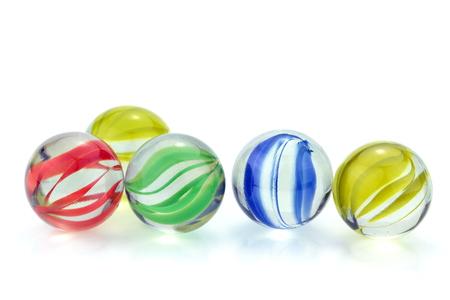 Canicas de vidrio de colores, sobre fondo blanco