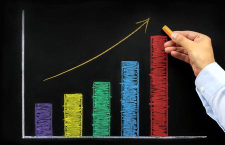黒板にカラフルなチョークで上昇グラフ