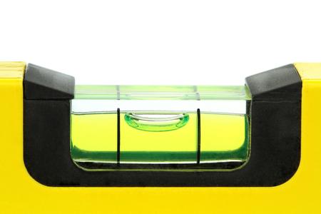 Geel waterpas, macro beeld op witte achtergrond