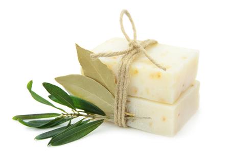 オリーブ、月桂樹の葉が白い背景で隔離の自然のハーブ石鹸。