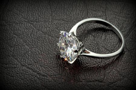 黒い革背景にダイヤモンド ソリティア リング