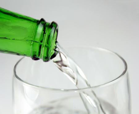 gaseosas: Agua mineral de colada en el vidrio Foto de archivo