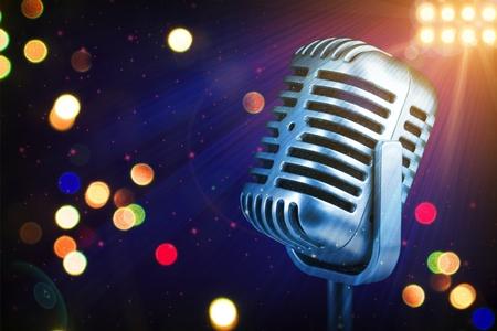 Micrófono retro con luces de escenario Foto de archivo