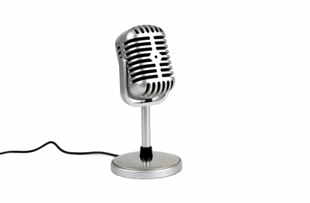 Micro rétro. (Microphone dynamique) isolé sur fond blanc Banque d'images