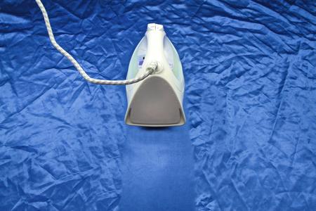 ijzer op blou rimpel zijde Stockfoto