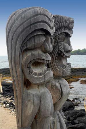Twee tiki goden op Puuhonua O Honaunau National Historic Park, Hawaii