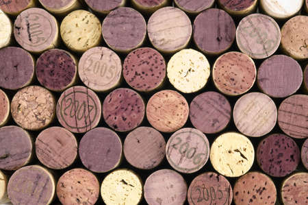 Wine corks fill the frame with a black background. Imagens